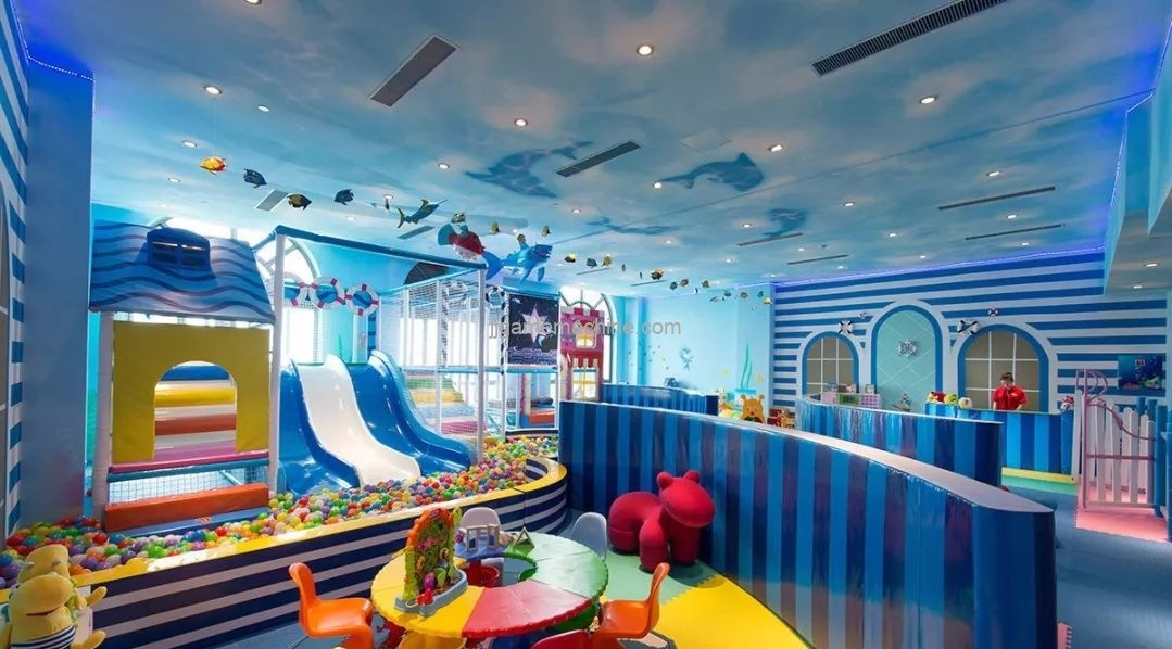 How do indoor children's parks innovate to gain market favor?